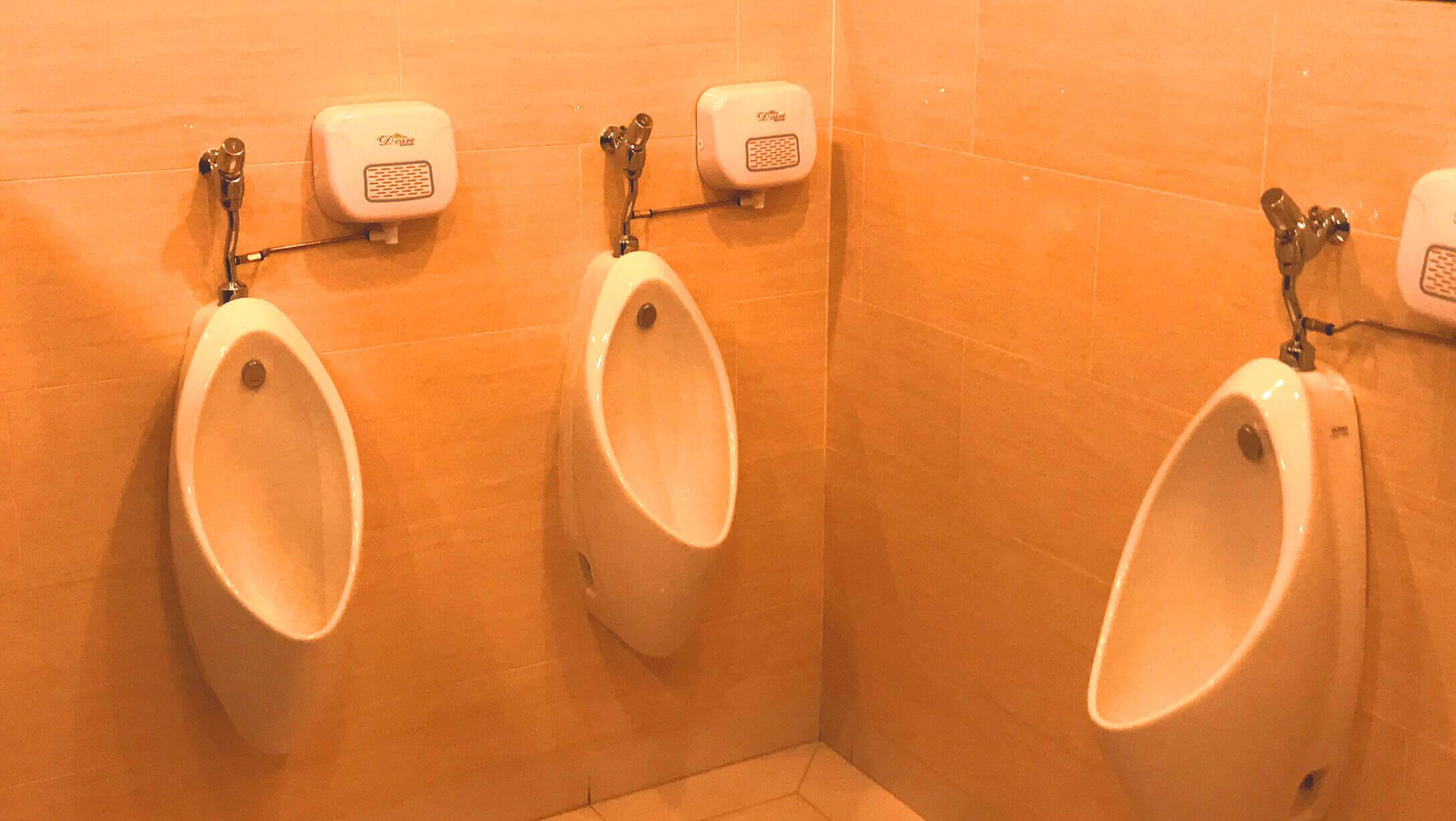 オフィス サトーンスクエア 男性トイレの様子