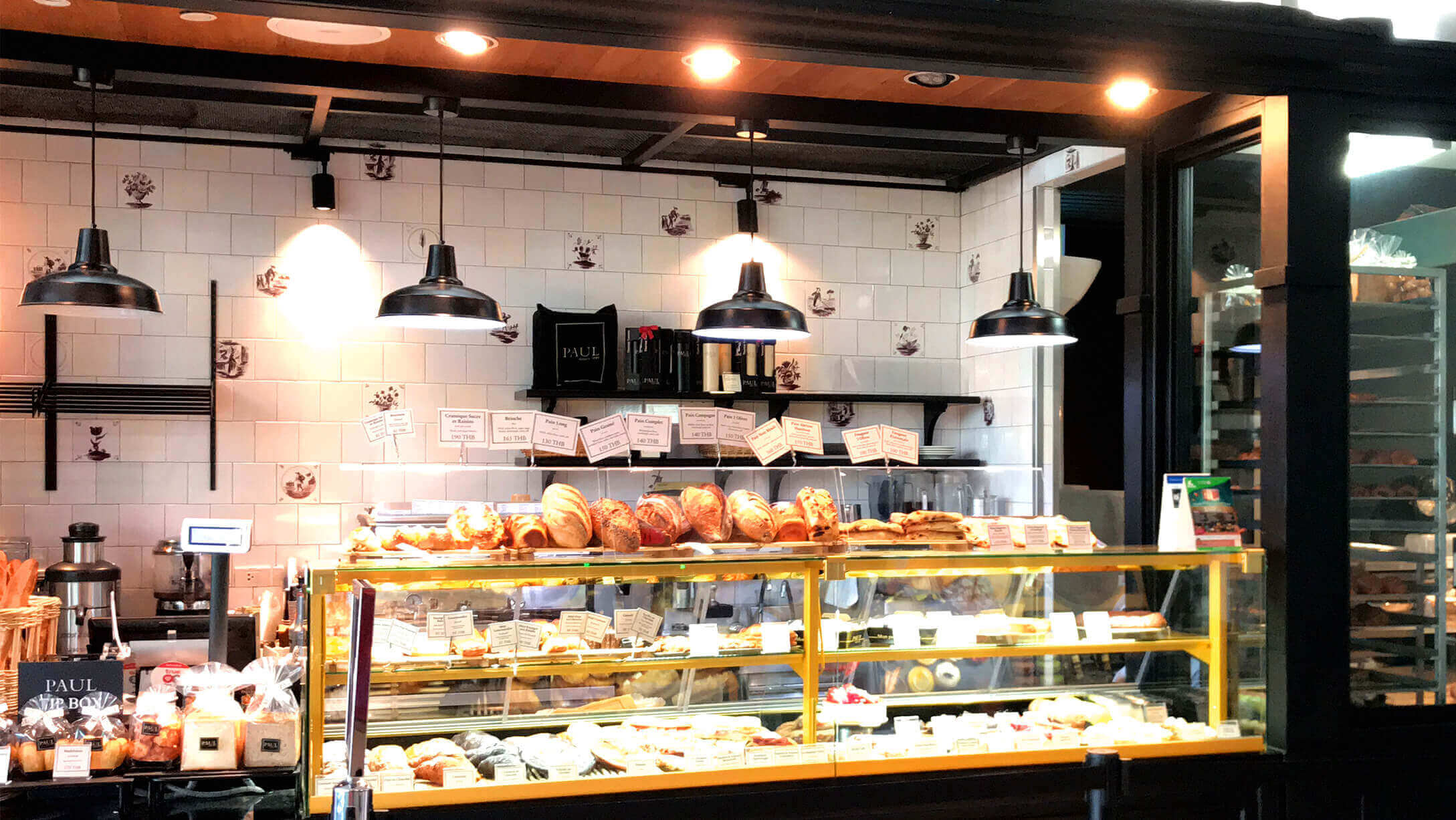 ビルの中のカフェの様子
