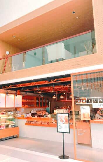オフィス ピラートタワー エムクォーティエ オフィスビル内のカフェ