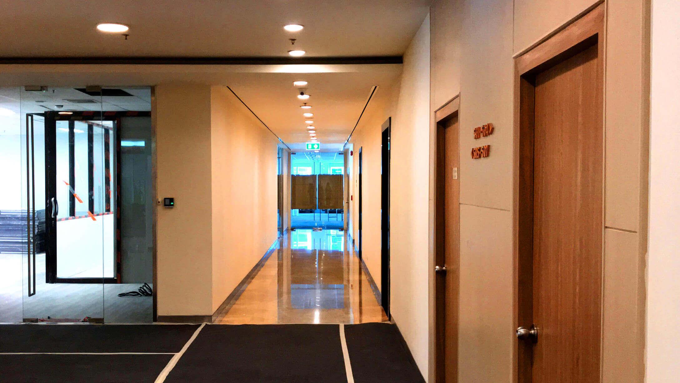 バンコク オフィス物件 アテネタワー 二人が並んであるける広さの廊下