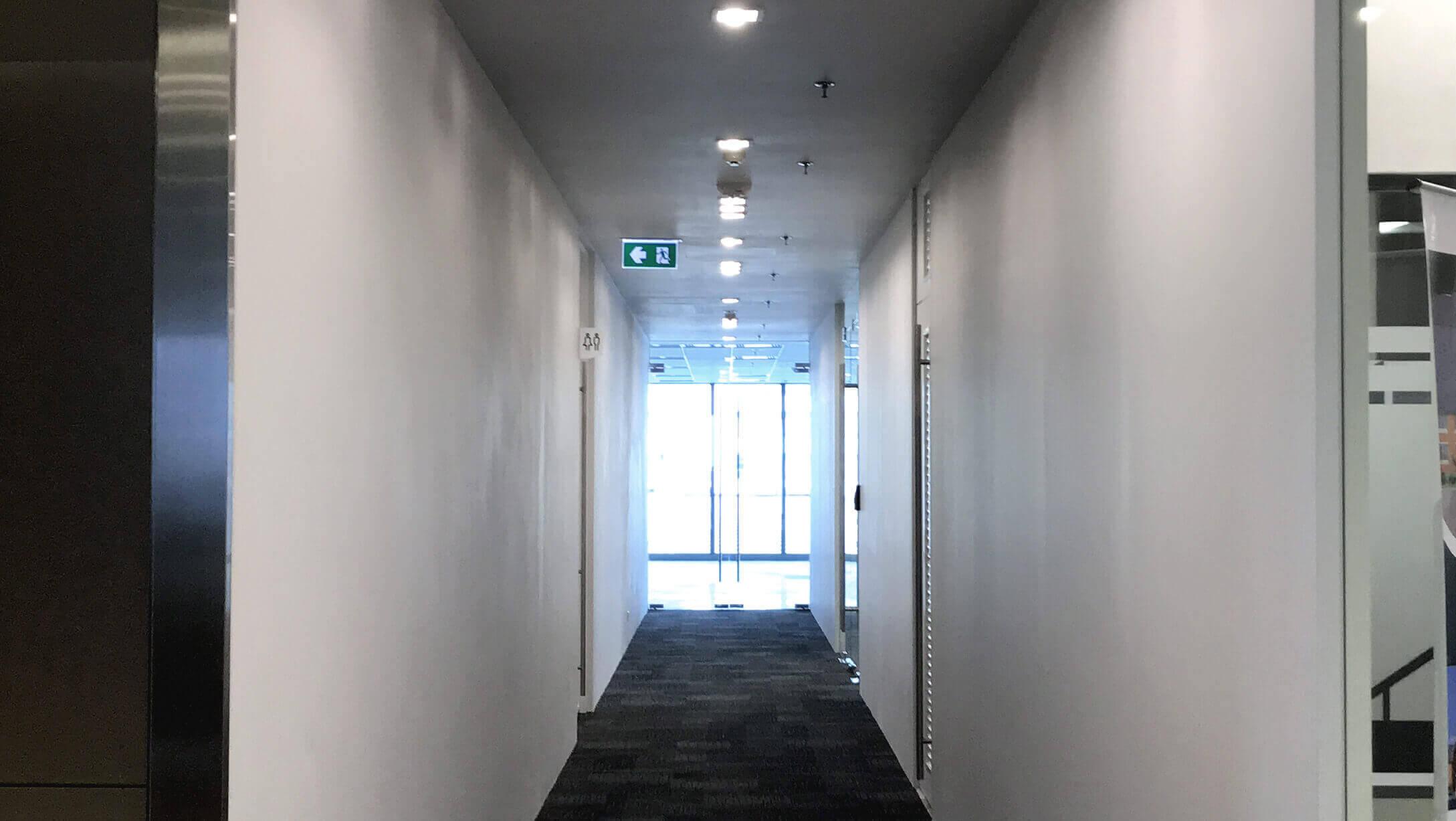 バンコク オフィス物件 AIA Sathorn Tower 二人が並んであるける広さの廊下