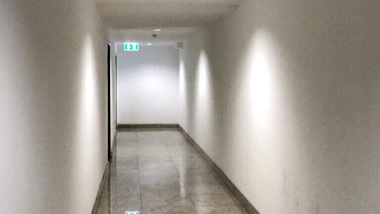 アソーク オフィス エクスチェンジタワー 二人が並んであるける広さの廊下