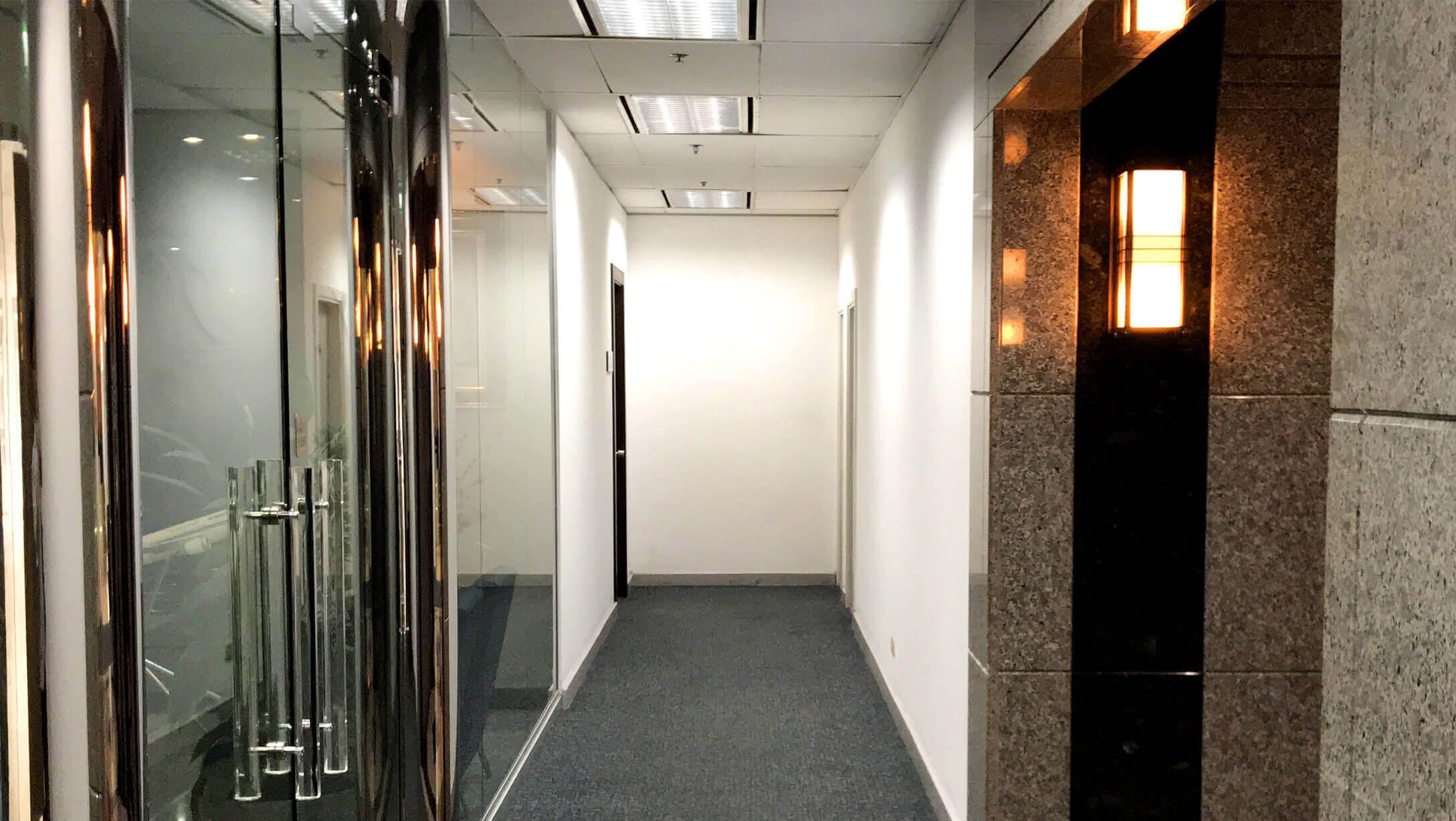 プルンチットオフィス物件M Thai Tower 二人が並んであるける広さの廊下