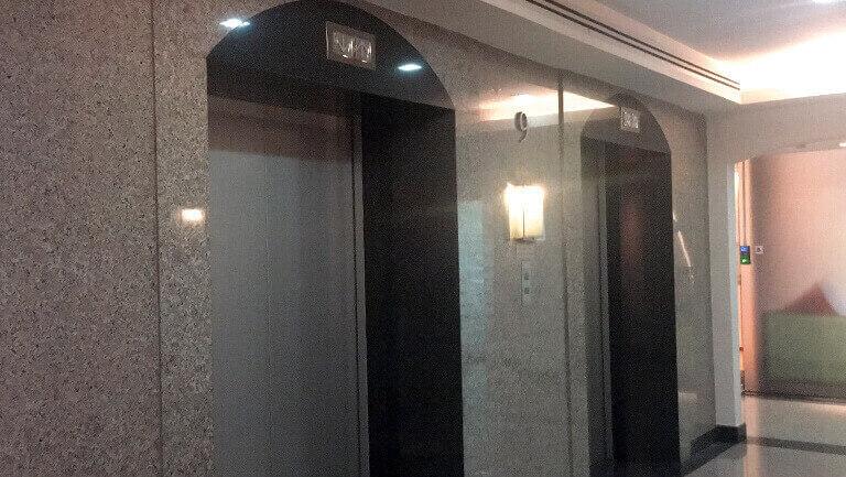オフィススペースへのエレベーター