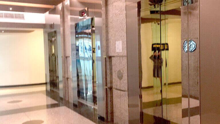 バンコク プロンポン オフィス物件 エンポリアム オフィススペースへのエレベーター