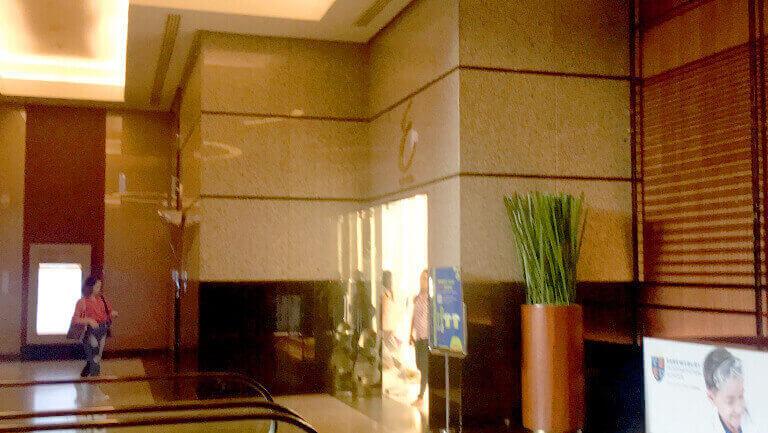 バンコク プロンポン オフィス物件 エンポリアム 商業施設への入り口