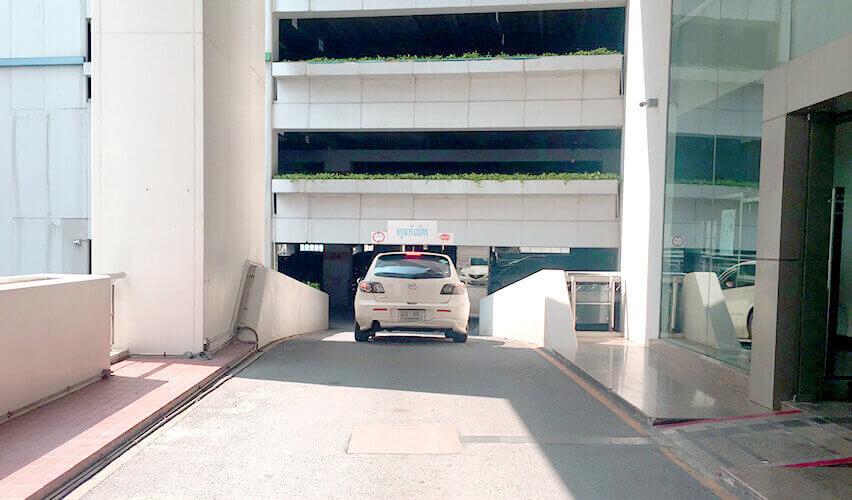 オフィス物件 「 Interlink Tower 」 インターリンク 車で駐車場へ