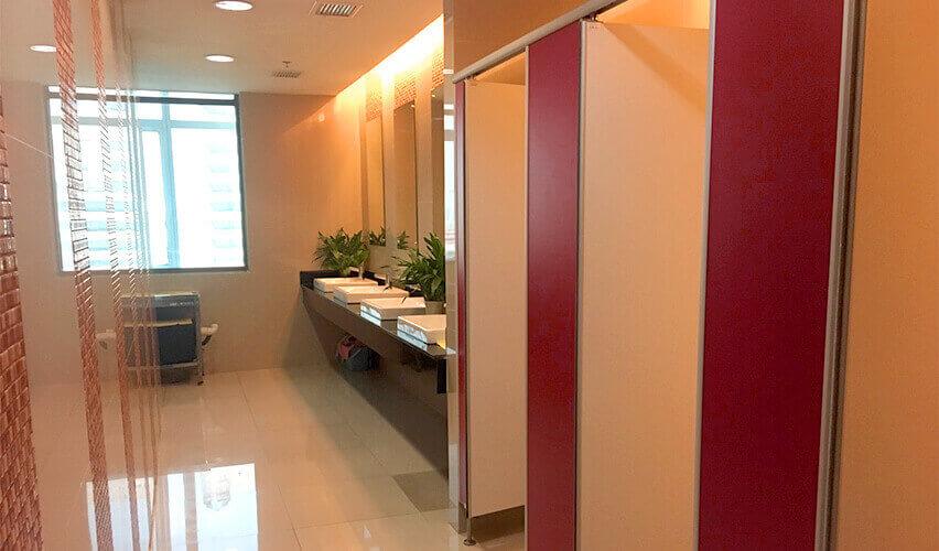 バンナーエリアのオフィス「Ample Tower」 女性トイレの様子